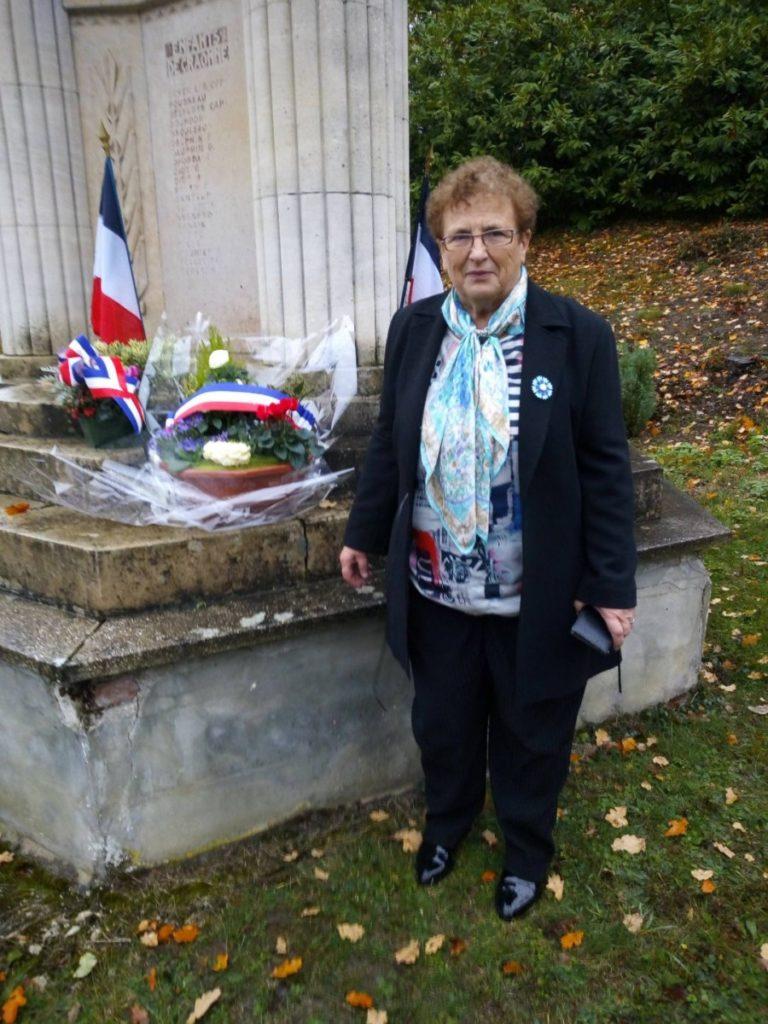 Mme le maire de Craonne rend hommage aux animaux de guerre devant le monument de son village, entièr